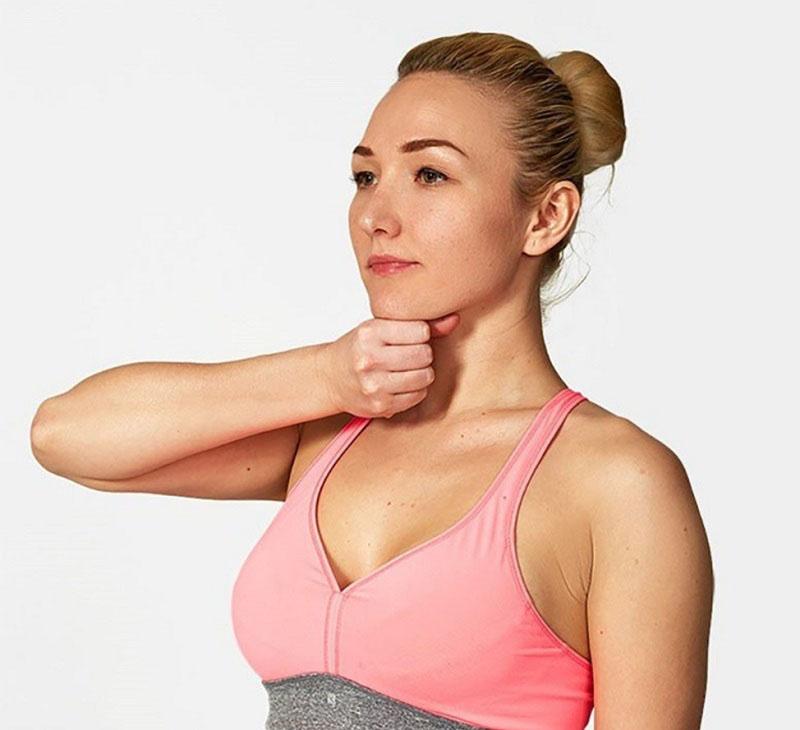 Động tác yoga chữa thoái hóa đốt sống cổ - Đẩy cằm