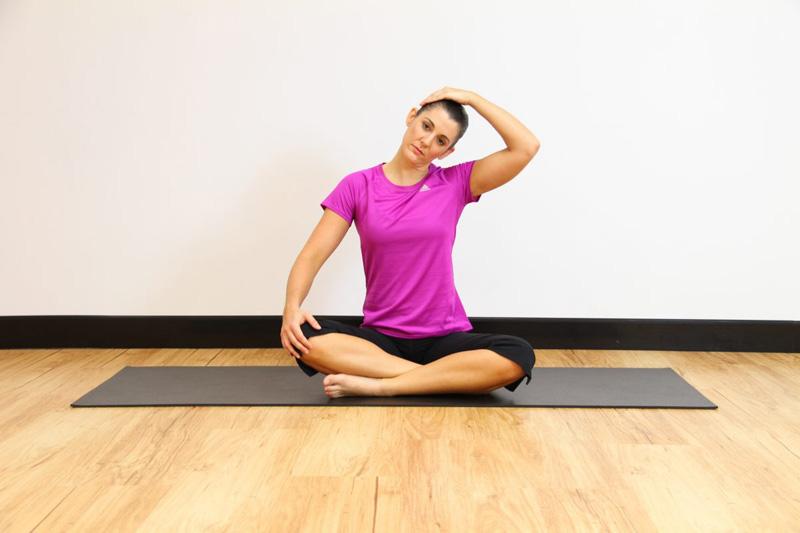 Động tác yoga chữa thoái hóa đốt sống cổ - Xoay cổ