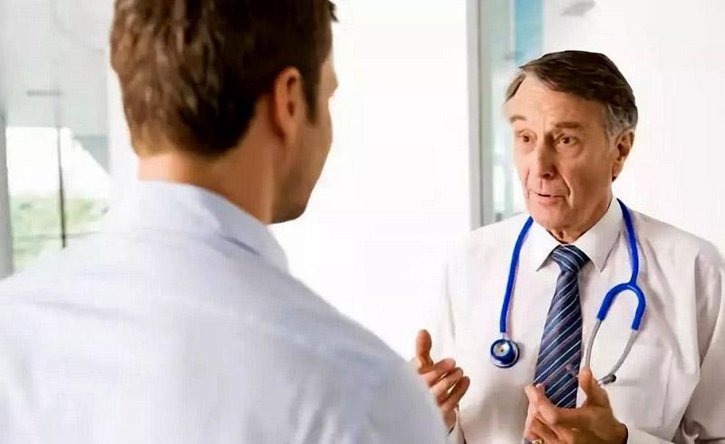 Nam giới cần đến gặp bác sĩ ngay nếu thấy cơ thể có dấu hiệu bất thường sau khi dùng thuốc
