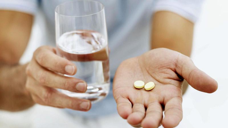 Nên uống thuốc cùng một cố nước đầy để tăng khả năng hấp thụ thuốc cho cơ thể