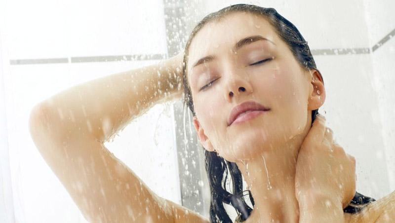 Tắm nước lạnh cũng là giải pháp giúp xoa dịu cơn ngứa
