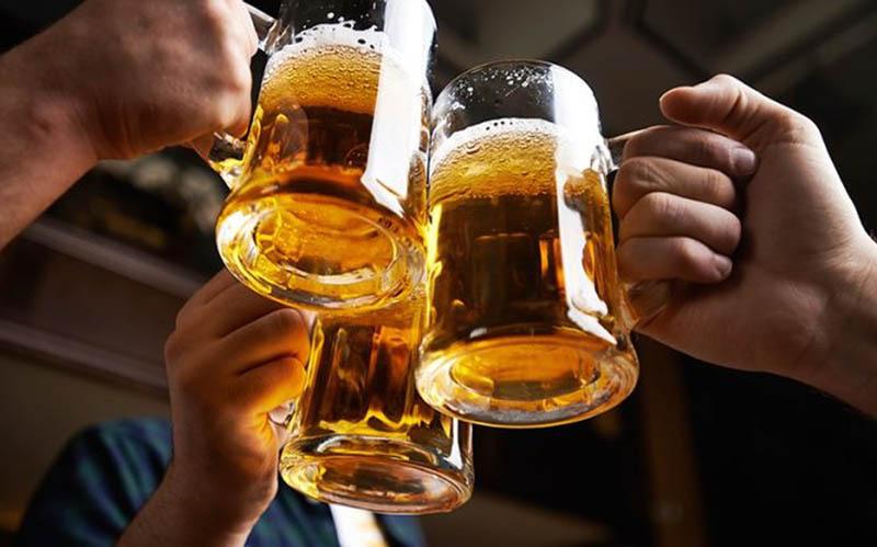 Uống nhiều bia rượu có thể khiến tình trạng rối loạn cương dương trở nên nghiêm trọng hơn