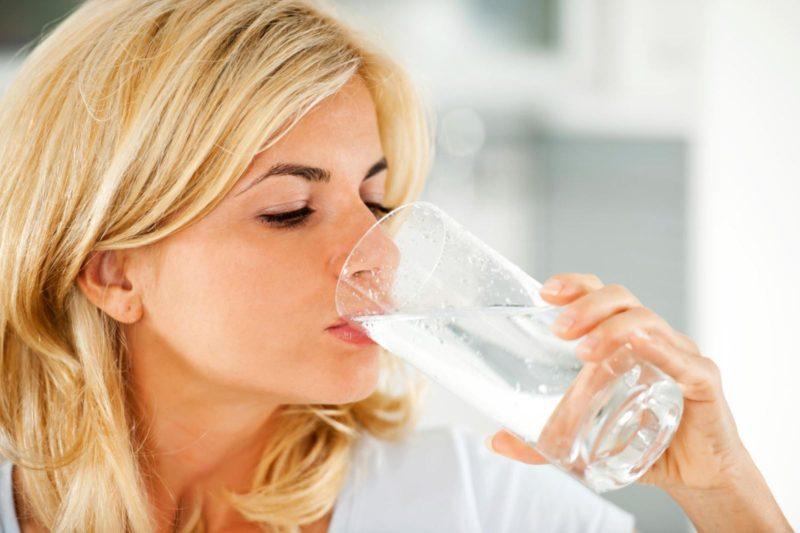 Uống nhiều nước: Nước rất tốt cho sức khỏe nhất là các bà mẹ sau sinh. Uống đủ nước mỗi ngày giúp cấp ẩm cho da, giữ làn da khỏe mạnh, săn chắc. Uống một ly nước ấm vào buổi sáng có thể giúp các mẹ tẩy sạch các chất độc. Hơn nữa, nước ấm làm tăng nhiệt độ cơ thể nên làm tăng tỷ lệ trao đổi chất và sẽ đốt nhiều calo hơn từ đó giúp giảm mỡ bụng sau sinh hiệu quả.