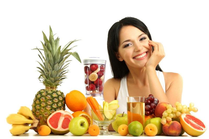 Uống nhiều nước và ăn nhiều rau xanh, hoa quả để giúp thanh lọc cơ thể tốt hơn