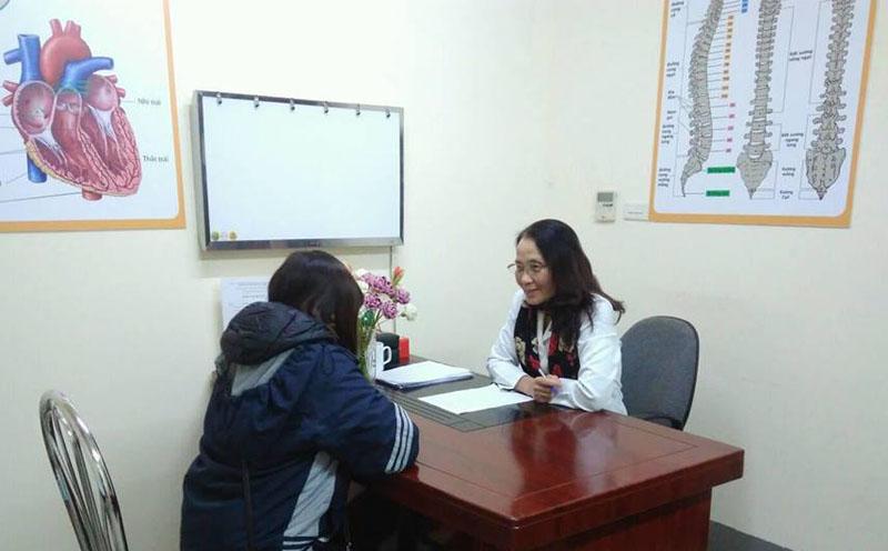 Bác sĩ Lê Phương - Giám đốc chuyên môn của trung tâm trực tiếp thăm khám