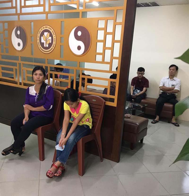 Chị Lan Anh đưa con gái đến trung tâm kiểm tra viêm xoang