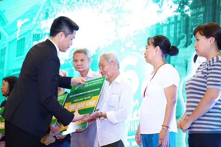 Ông Nguyễn Quang Hưng - Đại diện Trung tâm tặng quà cho gia đình chính sách