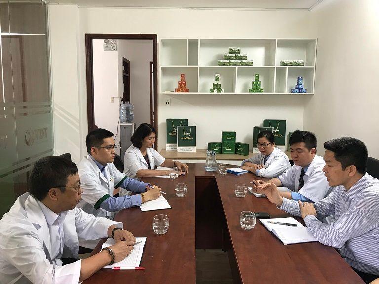 Bác sĩ Xuyên (ngồi bên phải vị trí ở giữa) đang trao đổi chuyên môn cùng đồng nghiệp