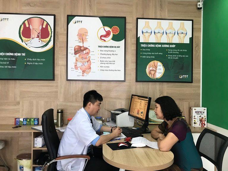 Bác sĩ Mạnh Xuyên và bác sĩ Tuyết Lan đang bàn luận về phác đồ điều trị cho bệnh nhân
