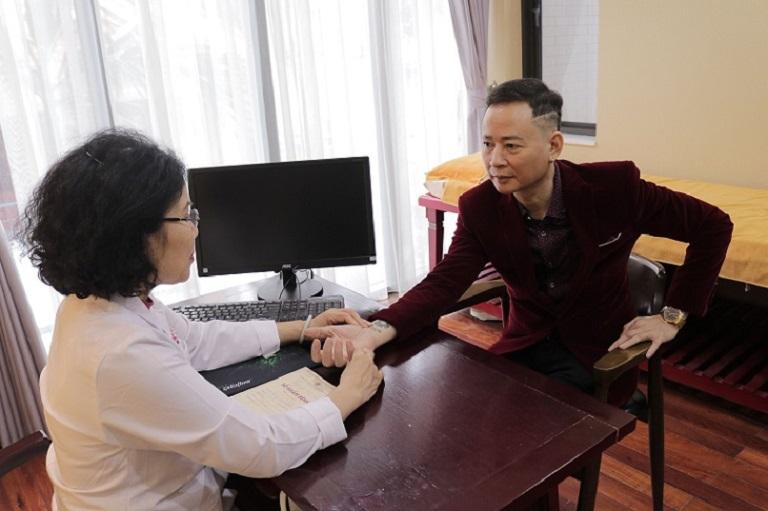 Nghệ sĩ Tùng Dương dùng thuốc Uy Long Đại Bổ sau khi thăm khám với bác sĩ tại Nhất Nam Y Viện