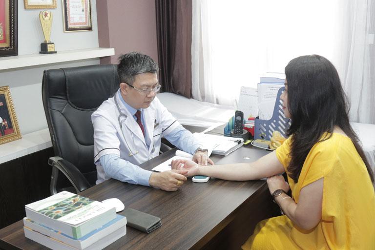 Lương y Tuấn là người trực tiếp thăm khám và tư vấn hướng điều trị bệnh viêm mũi, viêm xoang cho nữ diễn viên