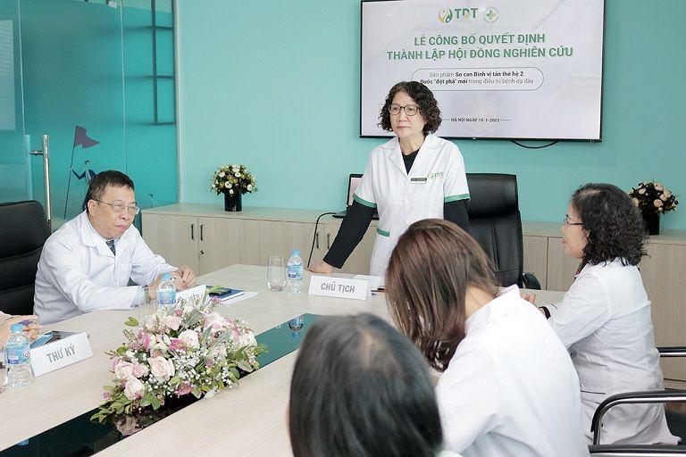 Buổi lễ Công bBác sĩ Tuyết Lan đưa ra ý kiến và mục tiêu cho Sơ can Bình vị tán thế hệ 2ố quyết định thành lập Hội đồng nghiên cứu