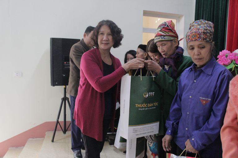 Bác sĩ Tuyết Lan trao quà cho người dân