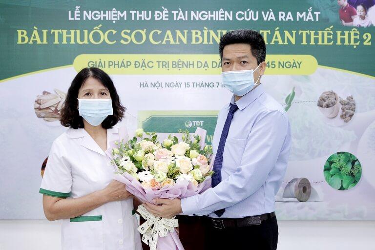 Ông Nguyễn Quang Hưng tặng hoa cảm ơn Hội đồng nghiên cứu