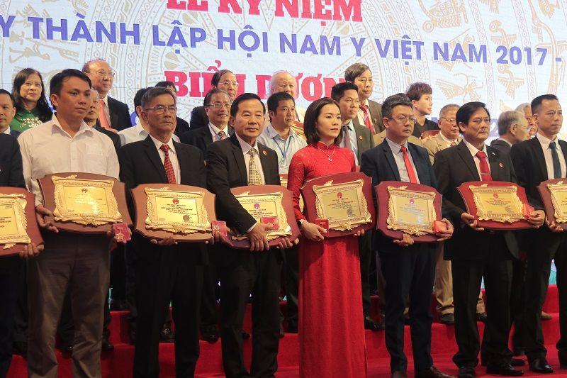 Lương y Tuấn nhận giải thưởng Bác sĩ ưu tú năm 2020